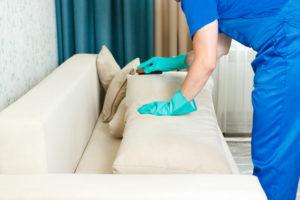 Limpiando un mueble